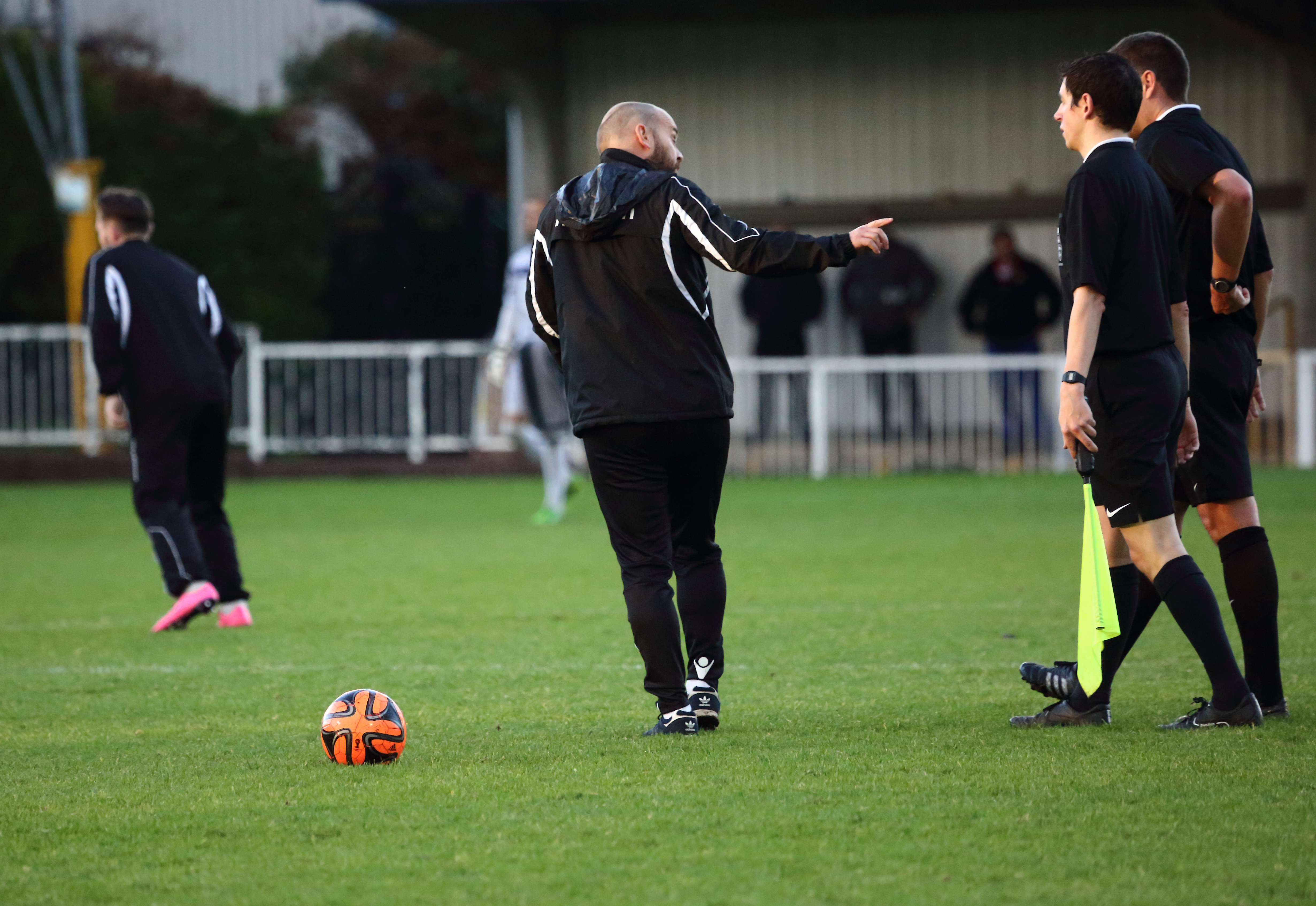 Angry Tommy Williams Kingstonian manager confronts the officials at half time. Why is this acceptable?